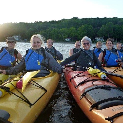 groupe en kayak sur le fleuve