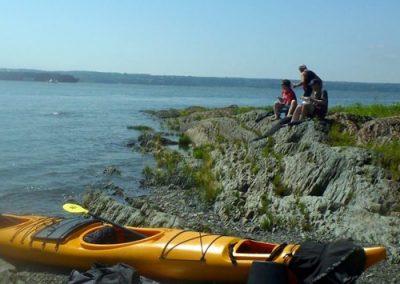 kayak jaune sur la berge